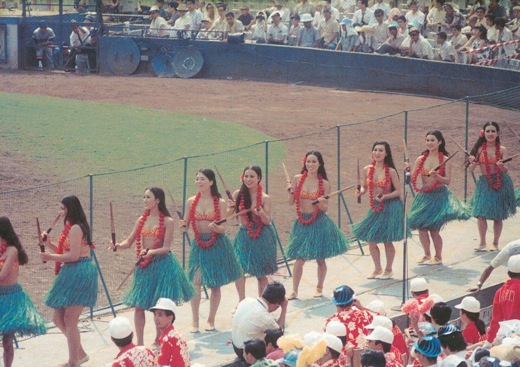 都市対抗野球に出場した常磐炭礦チームを応援するフラガールら=1970年、東京都文京区の後楽園球場(当時)(NPO法人常磐炭田史研究会提供)