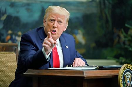 26日、ホワイトハウスで、感謝祭に合わせ米軍関係者と電話会談するトランプ大統領(AFP時事)