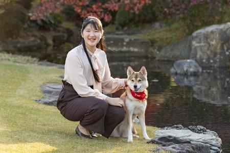 天皇、皇后両陛下の長女愛子さまと愛犬「由莉(ゆり)」=11月22日、東京都港区の赤坂御用地(宮内庁提供)