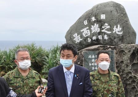 「日本最西端」を示す碑の前で取材に応じる岸信夫防衛相(中央)=4月17日、沖縄県与那国町