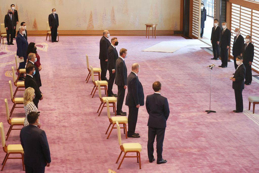 東京五輪開会式を前に、各国首脳らと面会し、あいさつされる天皇陛下(左上端は国際オリンピック委員会のバッハ会長)=23日午後、皇居・宮殿「春秋の間」(代表撮影)