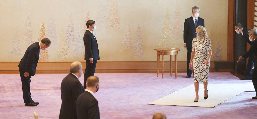 東京五輪開会式を前に、ジル・バイデン米大統領夫人(右手前)を出迎えられる天皇陛下=23日午後、皇居・宮殿「春秋の間」(代表撮影)