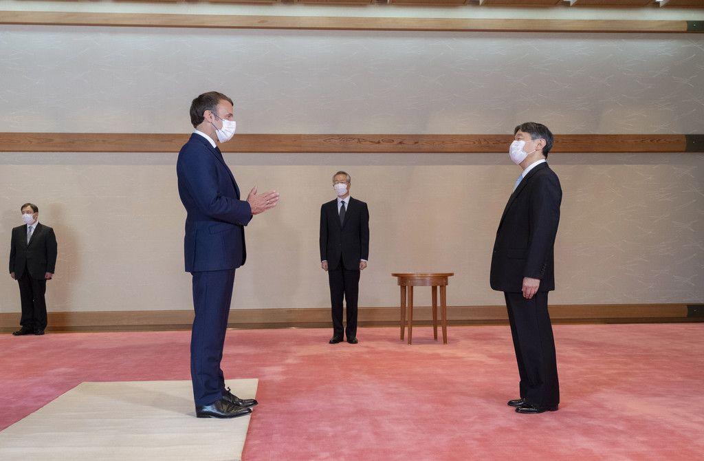 東京五輪開会式を前に、マクロン仏大統領と面会される天皇陛下=23日午後、皇居・宮殿「松風の間」(宮内庁提供)