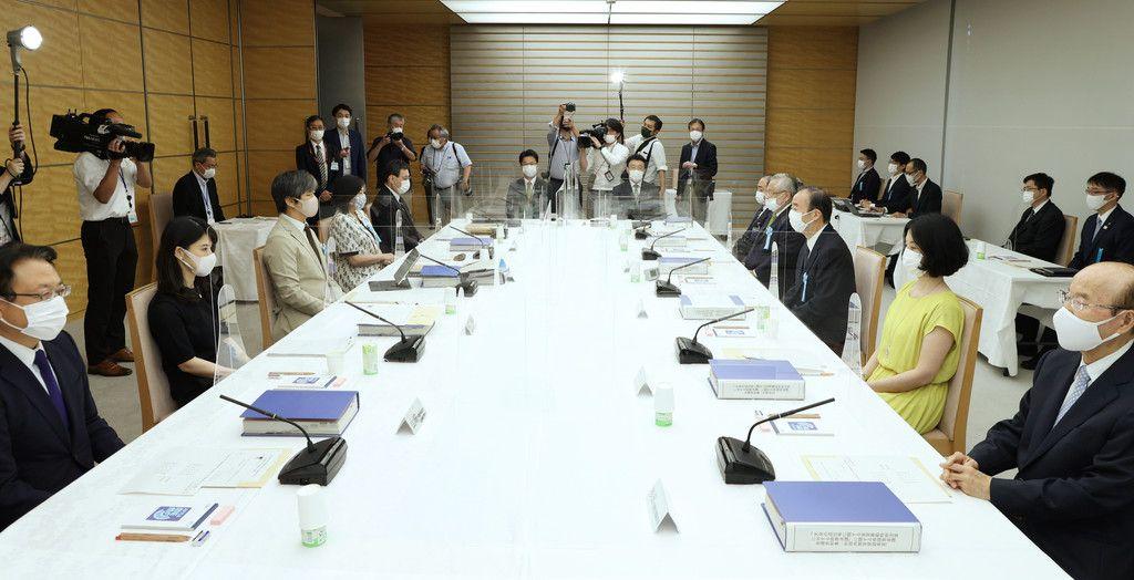 安定的な皇位継承の在り方を検討する有識者会議。右手前から3人目は座長の清家篤日本私立学校振興・共済事業団理事長=26日午後、首相官邸