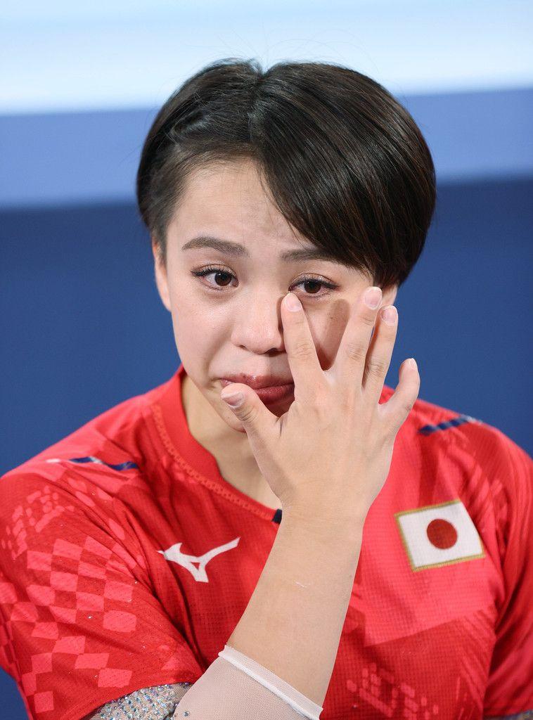 体操女子個人総合の試合後のインタビューで、インターネット交流サイト(SNS)での中傷被害を明かし、涙を見せる村上茉愛選手=29日、有明体操競技場
