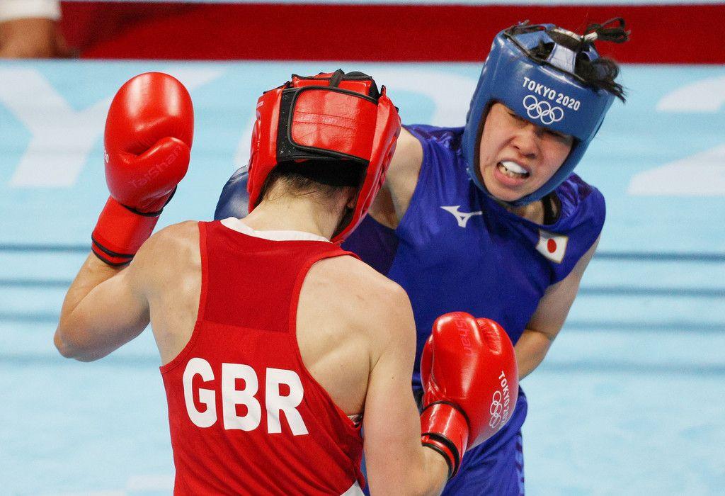 ボクシング女子フェザー級準決勝の入江聖奈(右)=31日、両国国技館