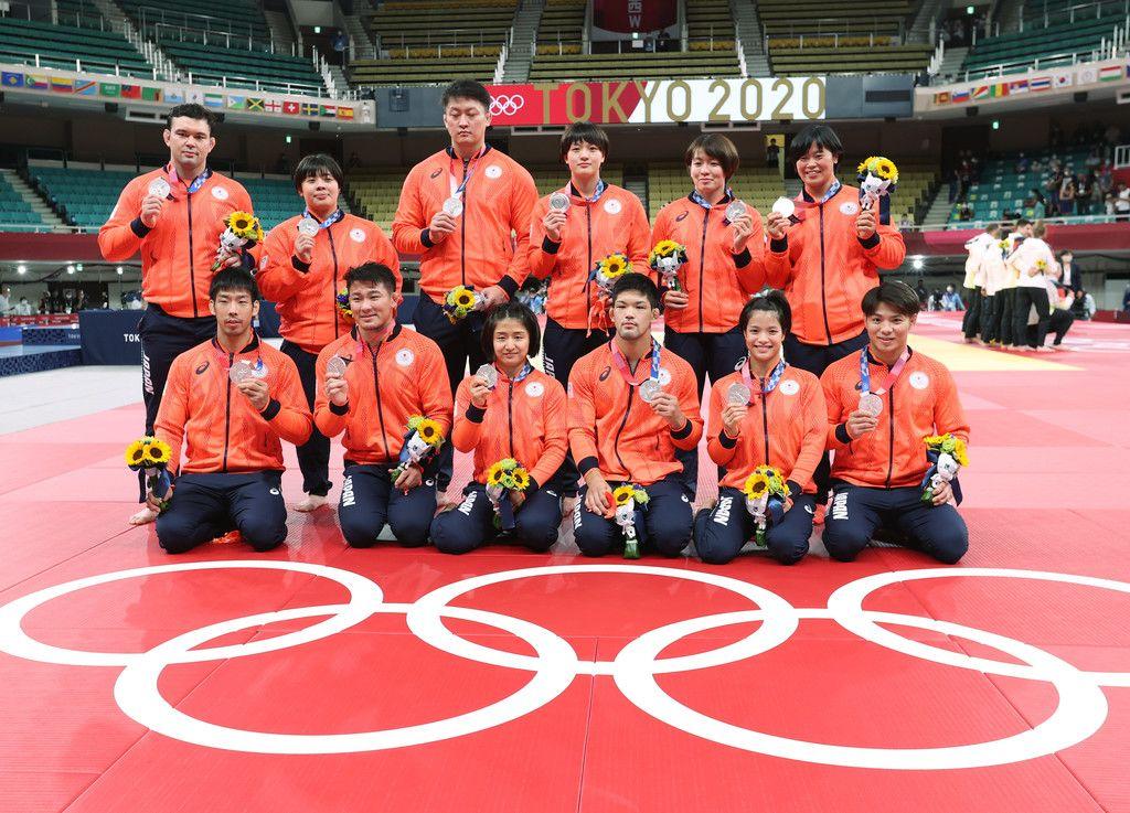 柔道混合団体で獲得した銀メダルを手にする日本チーム=31日、日本武道館
