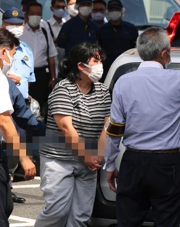警視庁向島署に移送される小森和美容疑者(中央)=31日午前、東京都墨田区(一部画像処理しています)