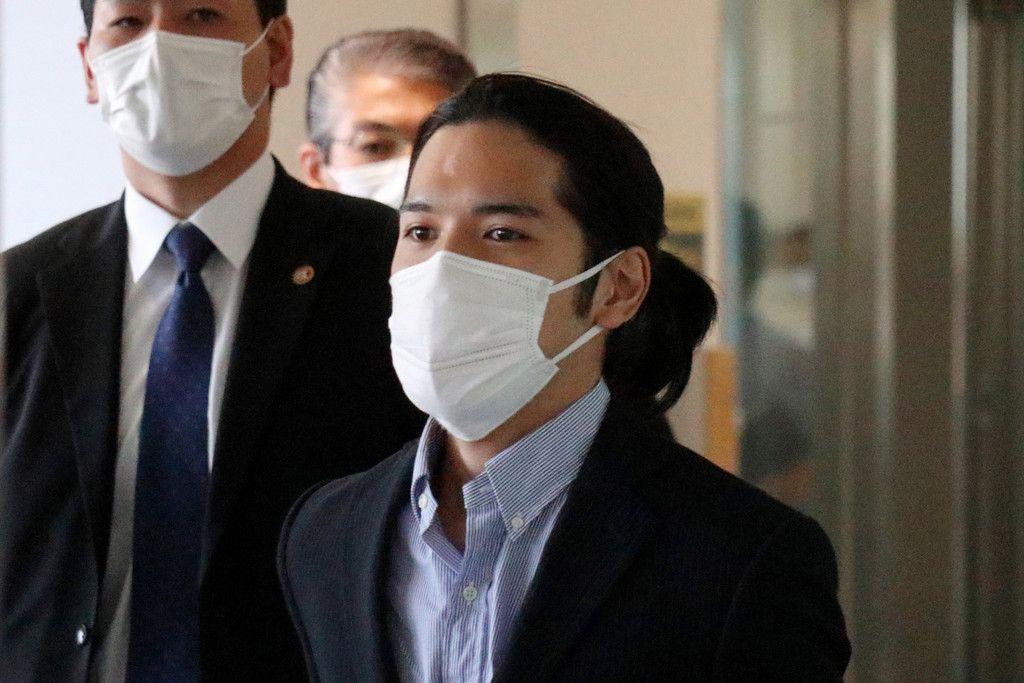 成田空港に到着した小室圭さん(手前)=27日午後、千葉県成田市